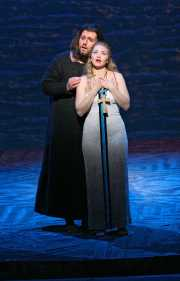 Baritone James Westman as Athanaël and soprano Kelly Kaduce as Thaïs, Thaïs, Boston Lyric Opera, 2006